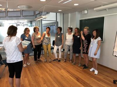 Utdeling av kursbevis: Det var god steming blant deltakerne da det ble utdelt kursbevis for gjennomført kurs i gruppeledelse av ulike PMTO og TIBIR foreldregrupper.