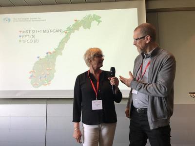 NUBU deler sine erafringer: Gjennom 18 år med implementeringsarbeid har NUBU en rekke erfaringer med implemenetering av behandlingsmetoder. Her deler Nina Tollefsen og Knut Taraldesen sin kompetanse på området. Foto: Kyrre Lønnum.
