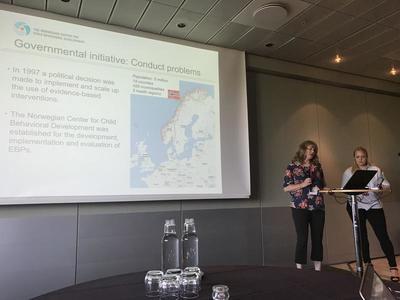 Implementering av PMTO og TIBIR: Anett Apeland og Anette Arnesen Grønlie presenterer bakgrunnen for implementeringsarbeidet med PMTO og TIBIR. Foto: Marit Reer.